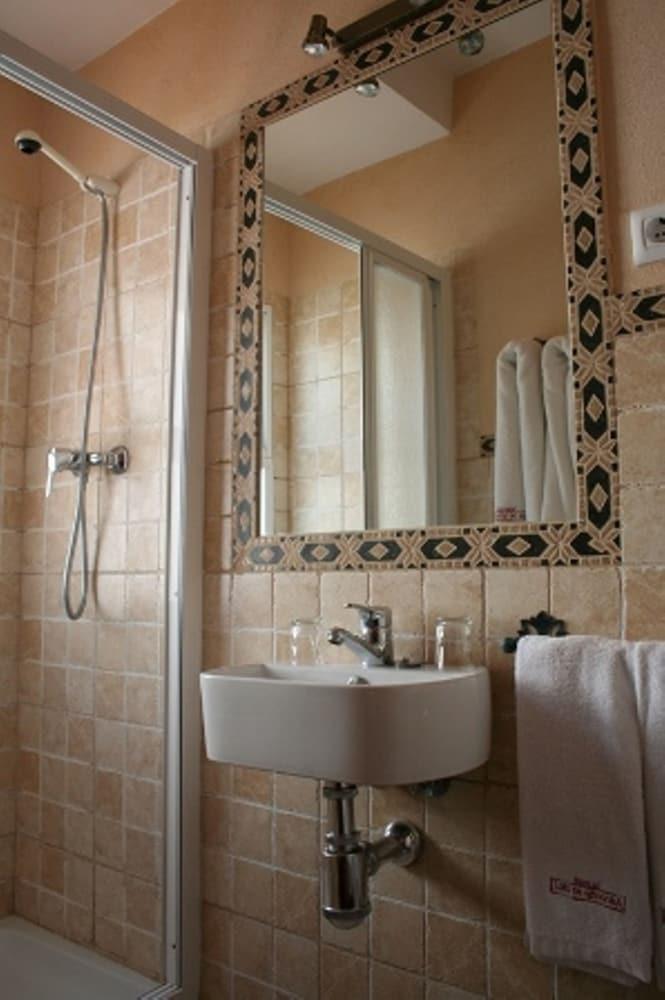 https://i.travelapi.com/hotels/3000000/2700000/2691100/2691086/827f5bf5_z.jpg