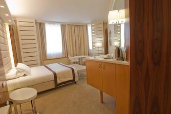 Deluxe Room, 1 Queen Bed, Non Smoking (Green Room)