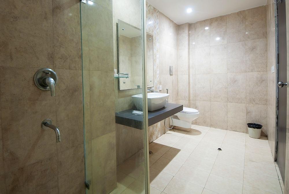 호텔 아프라 인터내셔널(Hotel Apra International) Hotel Image 38 - Bathroom