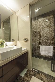 Oakwood Premier Joy Nostalg Center Manila Bathroom