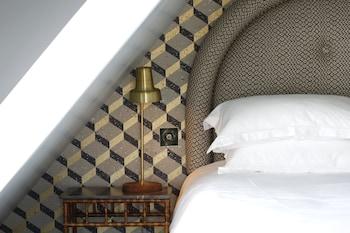Room (Sous les Toits 2 - vue sur Montmartre)