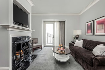 Suite, 1 King Bed, Accessible (One Bedroom Suite, Roll-In Shower)