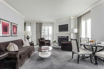 Suite, 1 King Bed, Corner (Gold Coast Corner Suite)