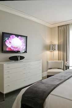 Suite, 1 King Bed, Accessible (Gold Coast Corner, Roll-in Shower)