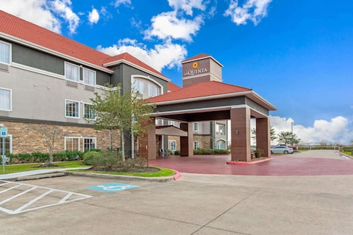 . La Quinta Inn & Suites by Wyndham Bridge City