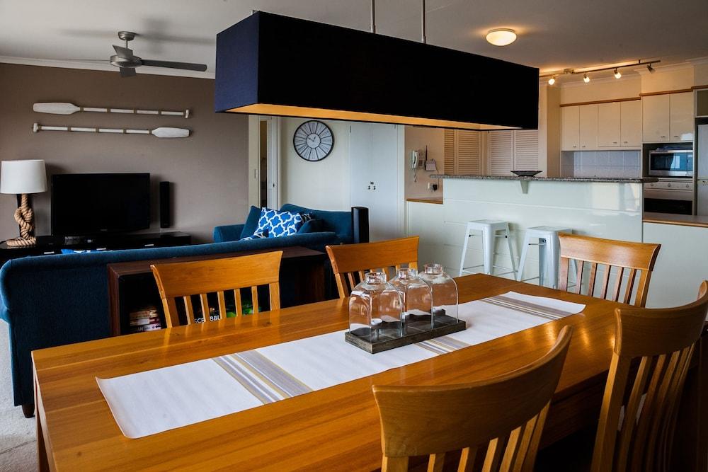 더 포인트 쿨럼 비치(The Point Coolum Beach) Hotel Image 25 - In-Room Dining