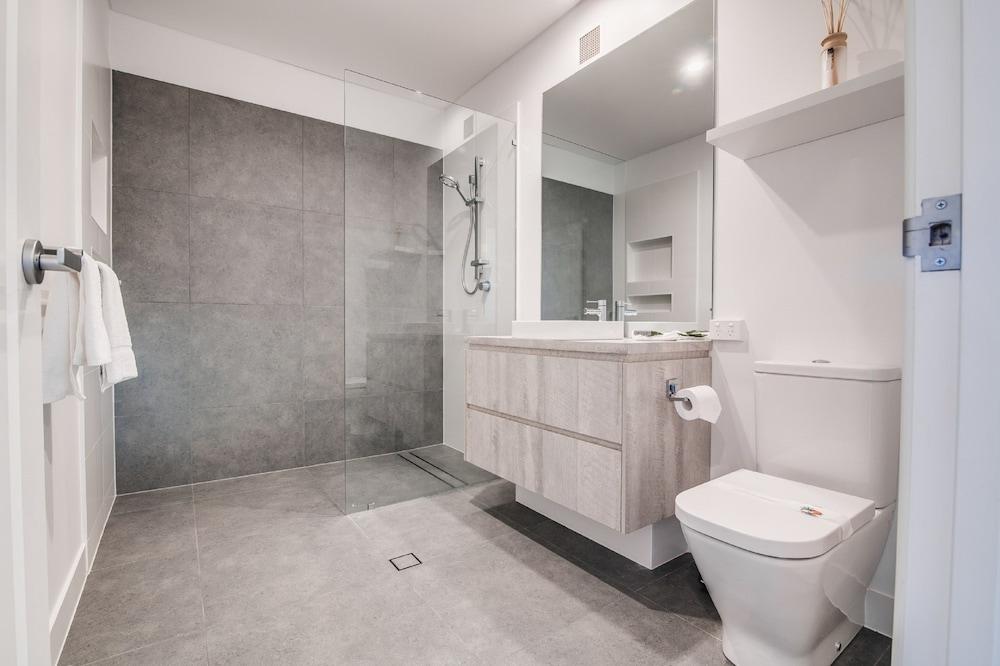 더 포인트 쿨럼 비치(The Point Coolum Beach) Hotel Image 77 - Bathroom