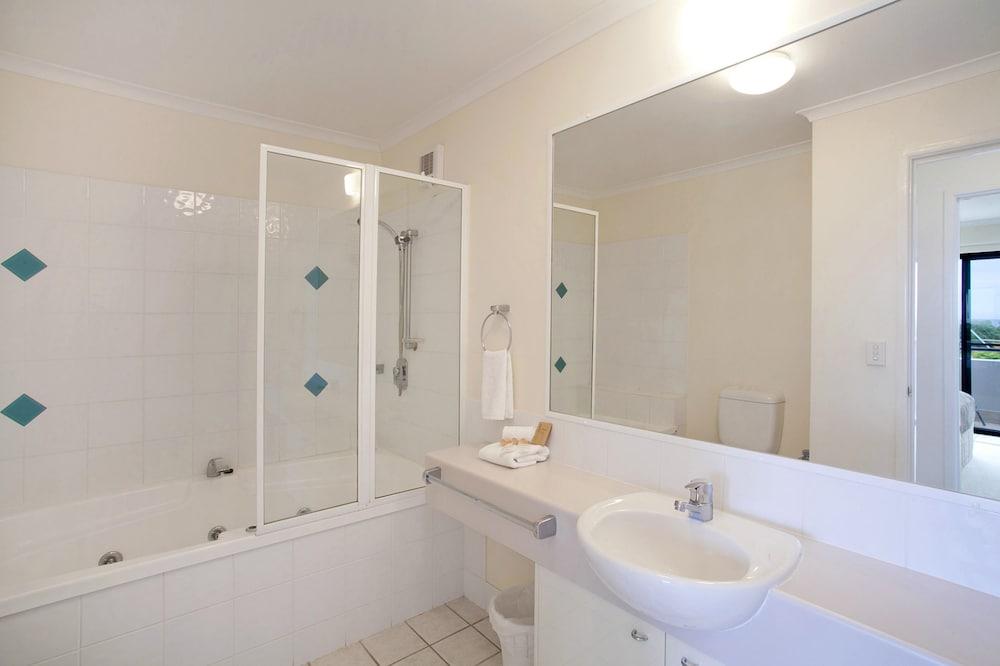 더 포인트 쿨럼 비치(The Point Coolum Beach) Hotel Image 72 - Bathroom