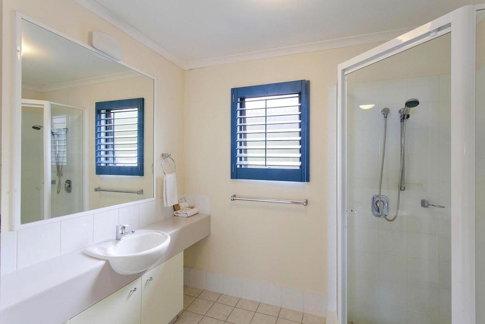 더 포인트 쿨럼 비치(The Point Coolum Beach) Hotel Image 73 - Bathroom
