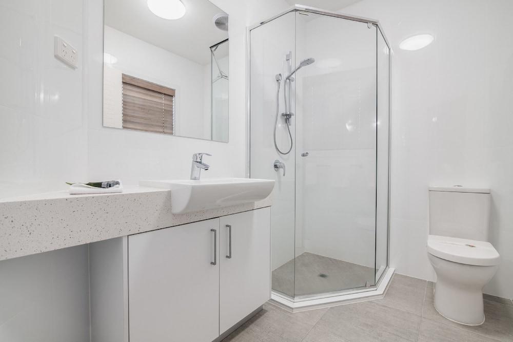 더 포인트 쿨럼 비치(The Point Coolum Beach) Hotel Image 78 - Bathroom