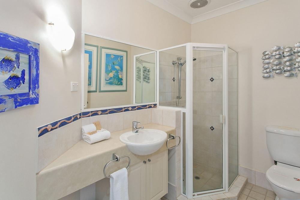 더 포인트 쿨럼 비치(The Point Coolum Beach) Hotel Image 71 - Bathroom