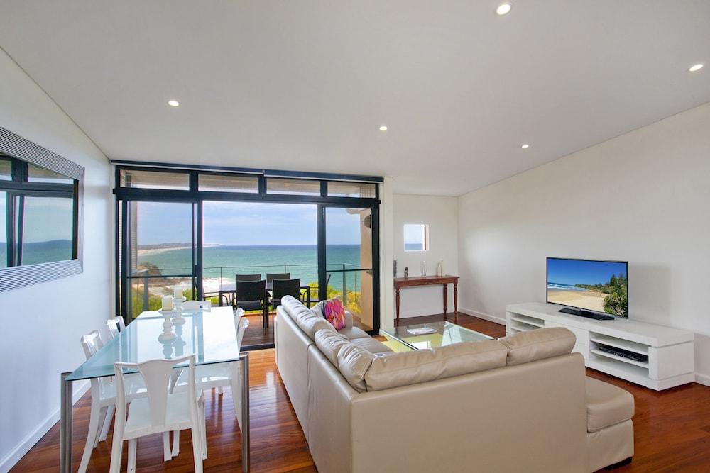 더 포인트 쿨럼 비치(The Point Coolum Beach) Hotel Image 40 - Living Area