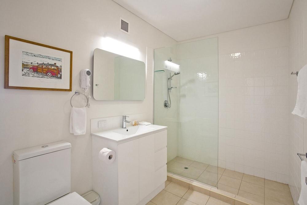더 포인트 쿨럼 비치(The Point Coolum Beach) Hotel Image 75 - Bathroom