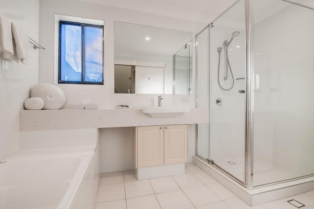더 포인트 쿨럼 비치(The Point Coolum Beach) Hotel Image 79 - Bathroom