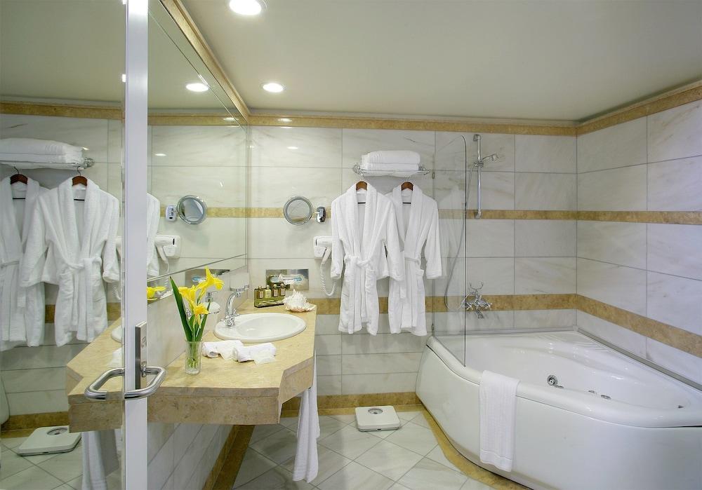 테오파노 임페리얼 팰리스(Theophano Imperial Palace) Hotel Image 43 - Bathroom