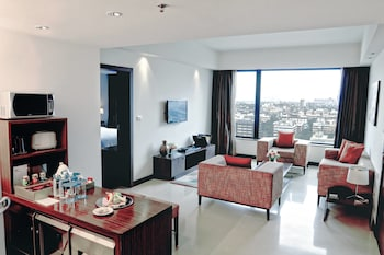 Executive Suite, 1 King Bed, Non Smoking, City View