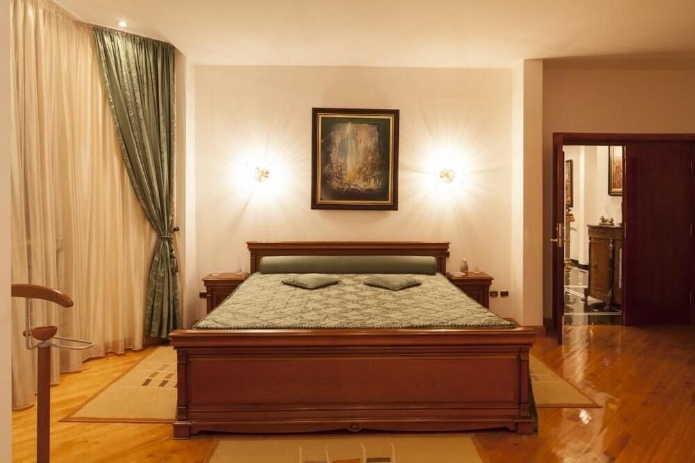 https://i.travelapi.com/hotels/3000000/2810000/2805500/2805477/00e81b36_z.jpg