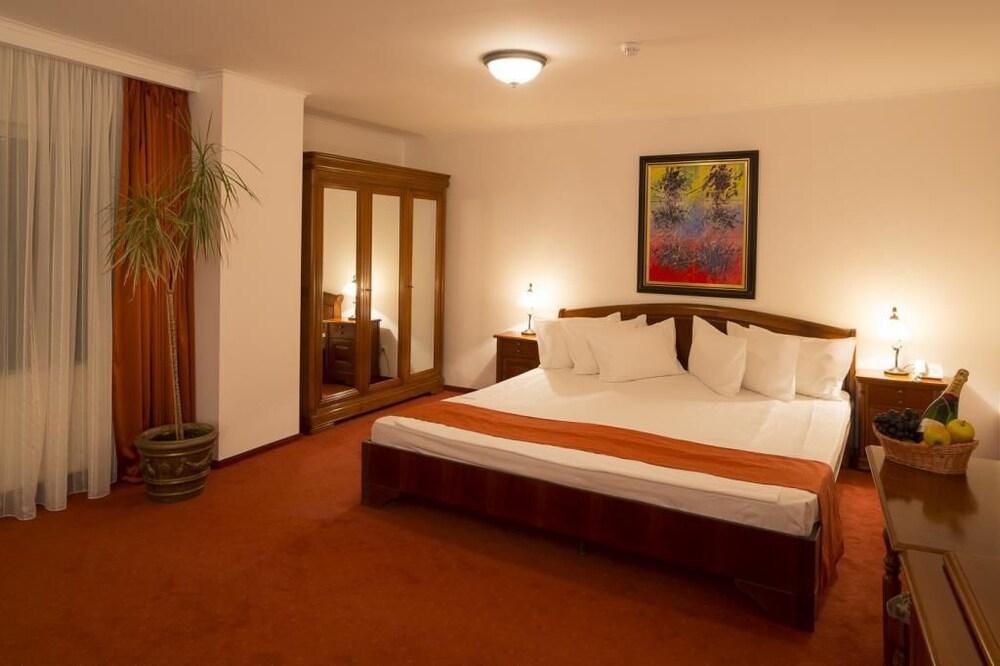 https://i.travelapi.com/hotels/3000000/2810000/2805500/2805477/16261068_z.jpg