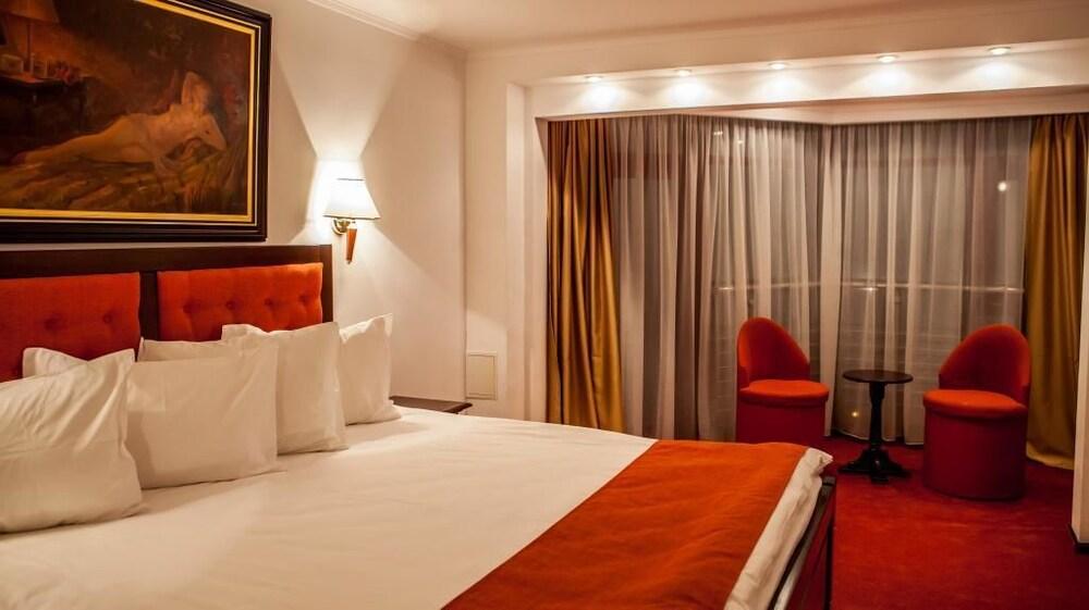 https://i.travelapi.com/hotels/3000000/2810000/2805500/2805477/9990dcd9_z.jpg
