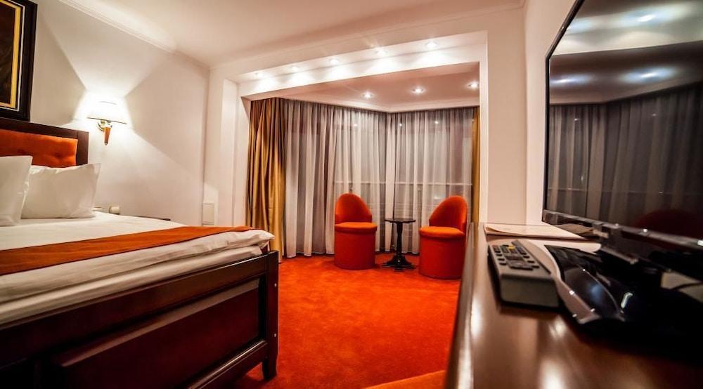 https://i.travelapi.com/hotels/3000000/2810000/2805500/2805477/cd4213cd_z.jpg