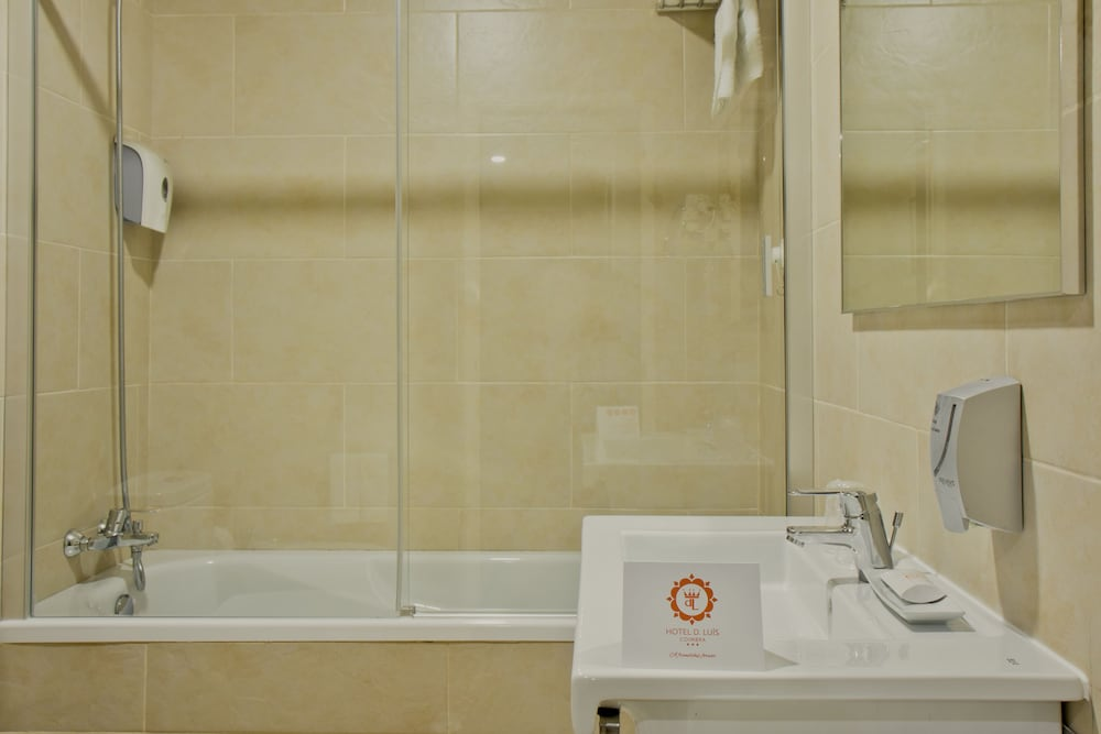 호텔 D. 루이스(Hotel D. Luís) Hotel Image 13 - Bathroom
