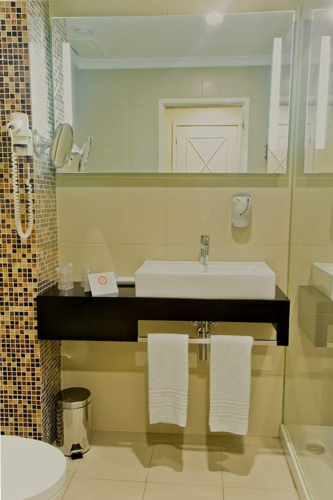 호텔 D. 루이스(Hotel D. Luís) Hotel Image 14 - Bathroom Sink