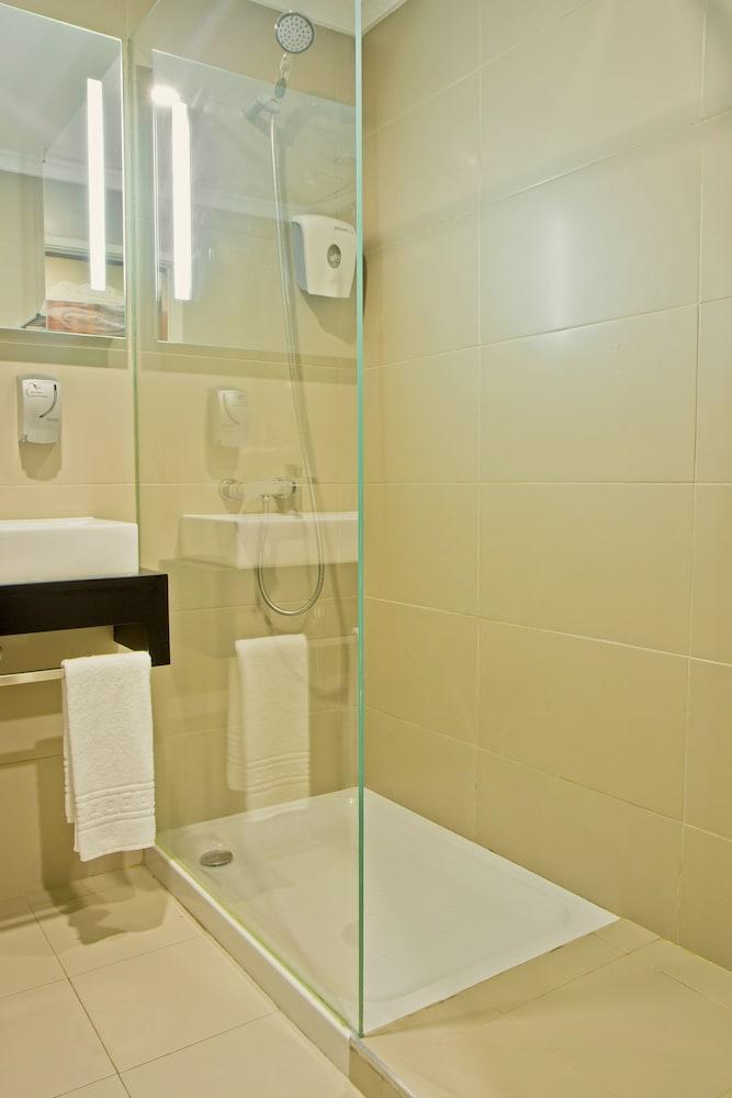 호텔 D. 루이스(Hotel D. Luís) Hotel Image 18 - Bathroom Shower