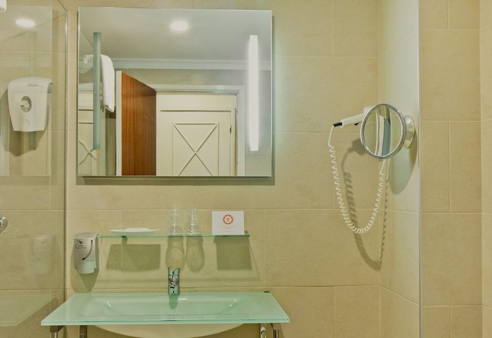 호텔 D. 루이스(Hotel D. Luís) Hotel Image 16 - Bathroom Sink