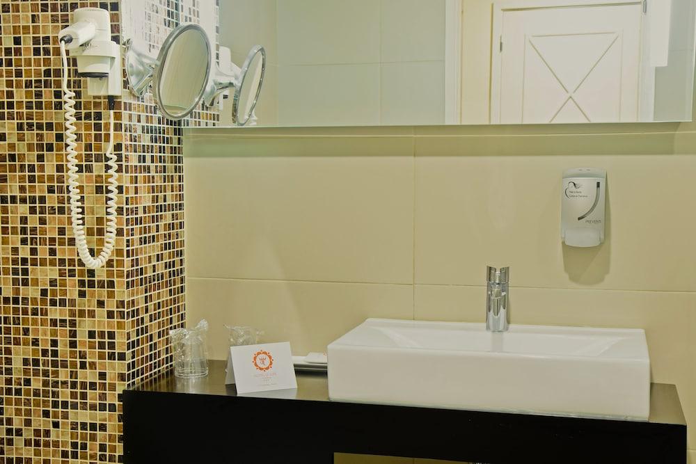 호텔 D. 루이스(Hotel D. Luís) Hotel Image 17 - Bathroom Sink