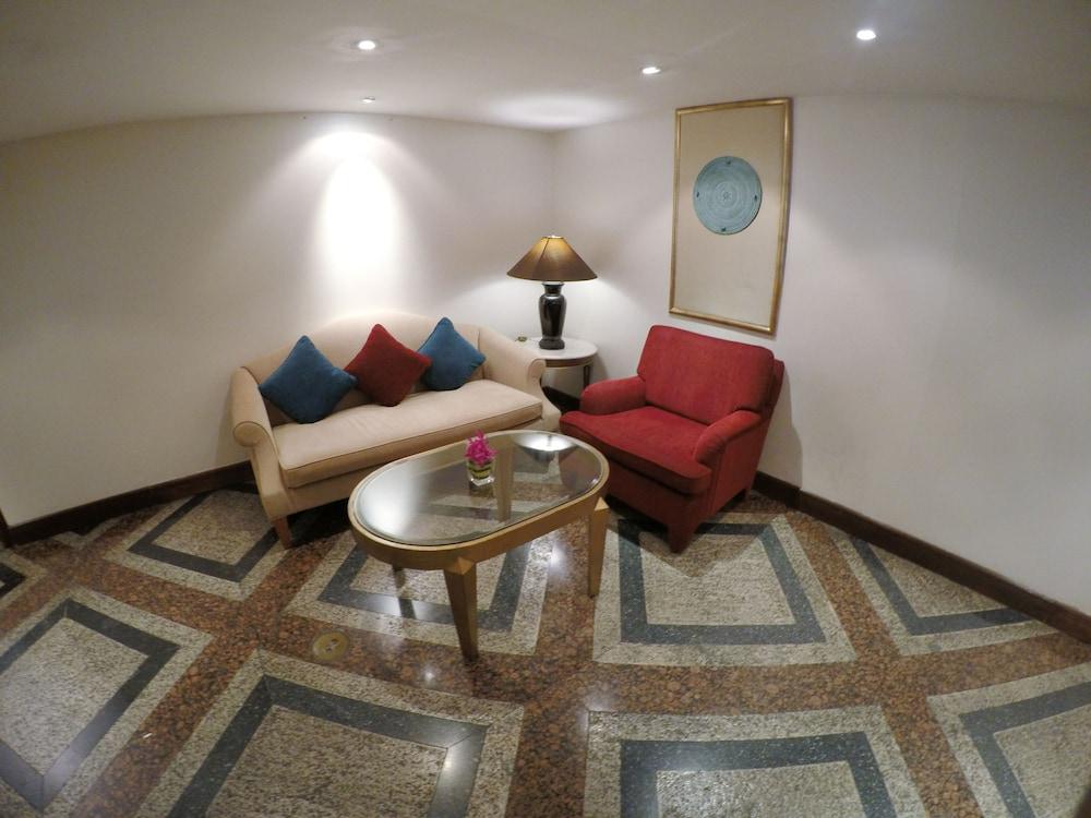 시티 로지 소이 9(City Lodge Soi 9) Hotel Image 1 - Lobby Sitting Area