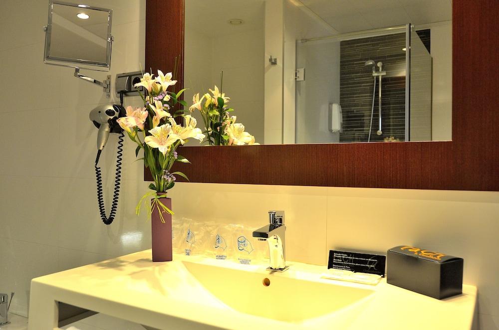 호텔 타츠 마드리드 에어포트(Hotel Tach Madrid Airport) Hotel Image 41 - Bathroom