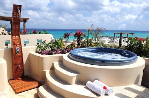 . El Taj Oceanfront & Beachside Condo Hotel