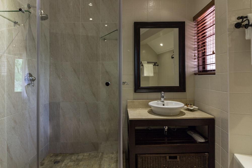 https://i.travelapi.com/hotels/3000000/2870000/2861300/2861219/3057a6a8_z.jpg