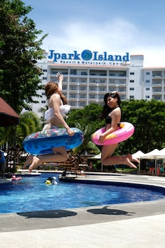 Jpark Island Resort & Waterpark Cebu Outdoor Pool