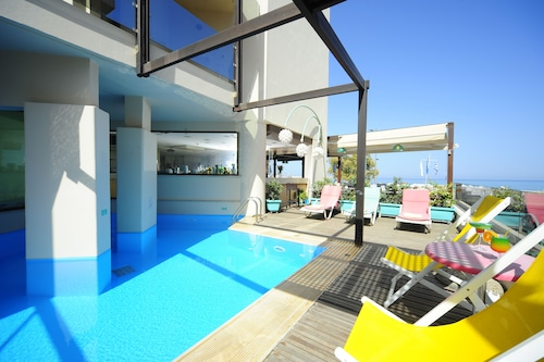 . Steris Elegant Beach Hotel & Apartments