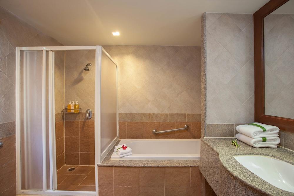 바이 더 씨(By the Sea) Hotel Image 12 - Bathroom