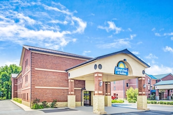 Hotel - Days Inn & Suites by Wyndham Jeffersonville IN