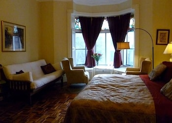 Classic Room, 1 King Bed, Shared Bathroom