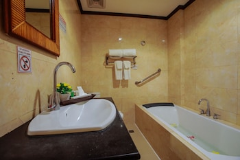 Paradise Garden Resort Hotel & Convention Center Boracay Bathroom Shower