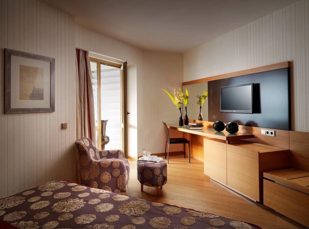 https://i.travelapi.com/hotels/3000000/2920000/2919200/2919143/fd8098d2_z.jpg