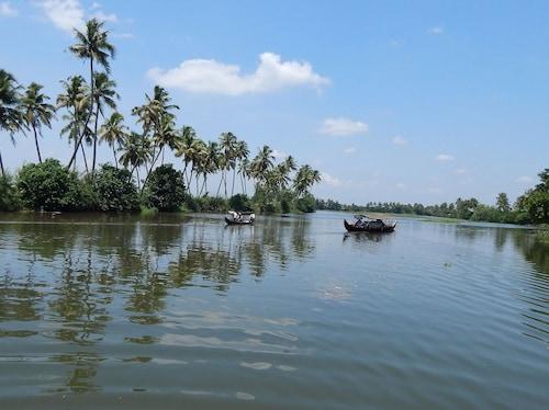 Backwater Retreat - Honeymoon House, Kottayam