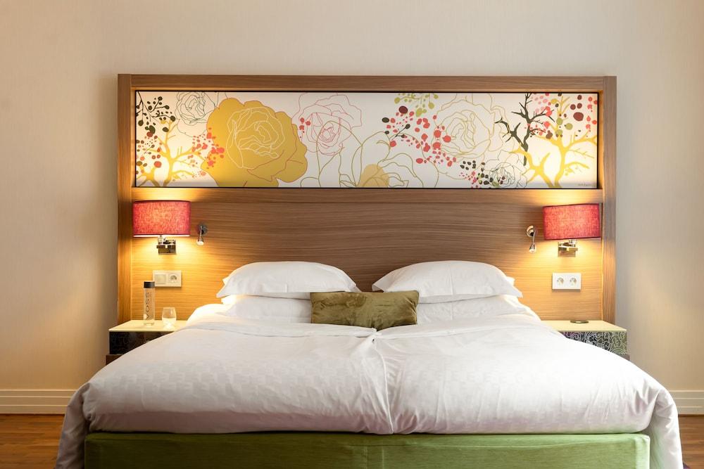 https://i.travelapi.com/hotels/3000000/2950000/2947800/2947740/b3571ad3_z.jpg