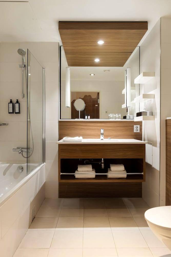 https://i.travelapi.com/hotels/3000000/2950000/2947800/2947740/fafaaab7_z.jpg