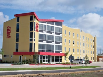 Red Roof Inn & Suites Beaumont - Featured Image  - #0