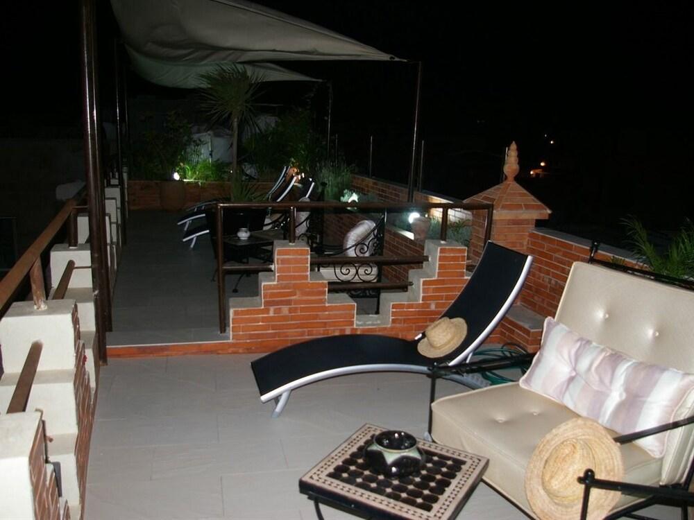 https://i.travelapi.com/hotels/3000000/2970000/2966400/2966389/cc4a5305_z.jpg