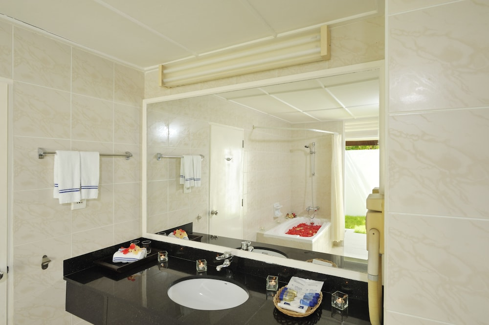할리데이 아일랜드 리조트 앤드 스파(Holiday Island Resort & Spa) Hotel Thumbnail Image 19 - Bathroom