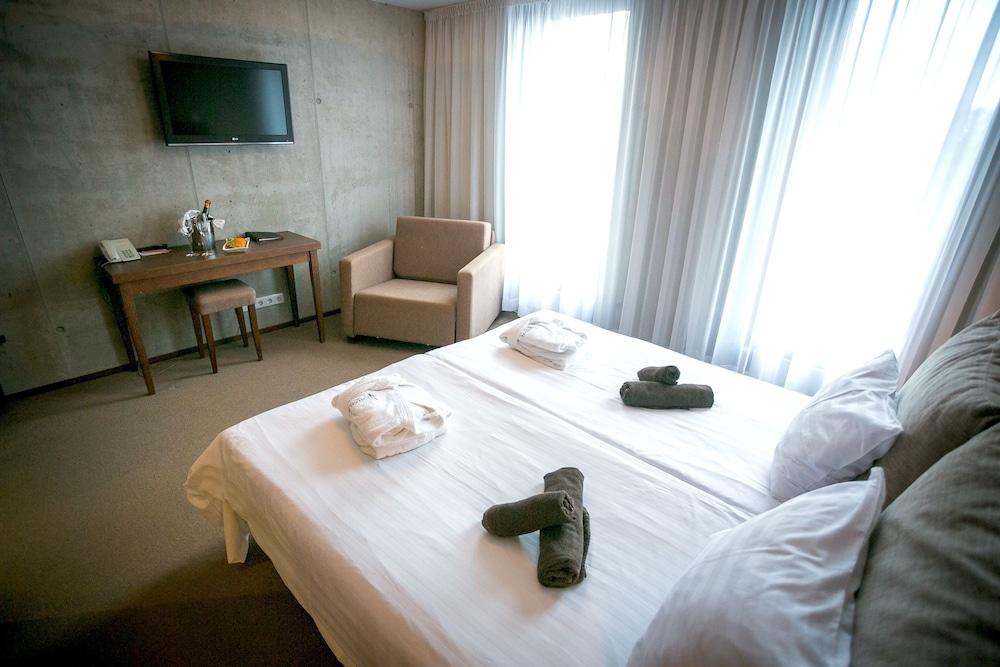 https://i.travelapi.com/hotels/3000000/2990000/2987700/2987616/ae1ba27a_z.jpg