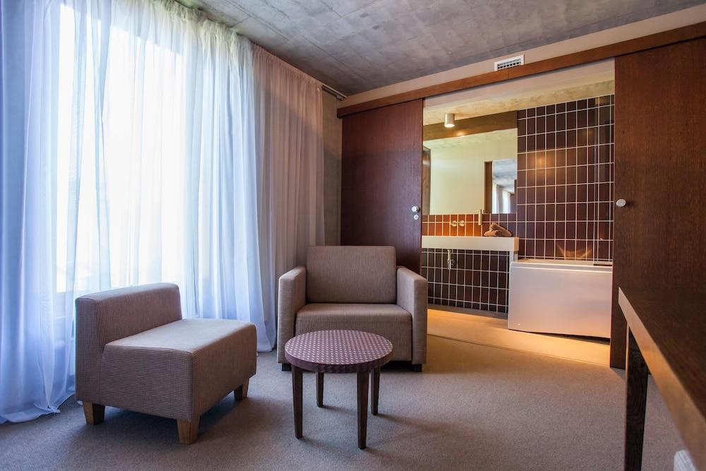 https://i.travelapi.com/hotels/3000000/2990000/2987700/2987616/b922d8e2_z.jpg
