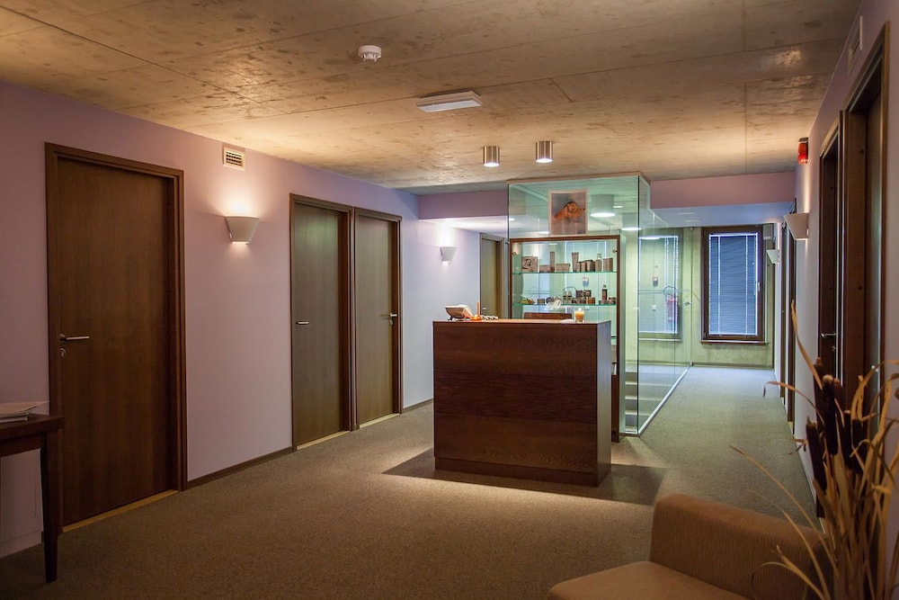 https://i.travelapi.com/hotels/3000000/2990000/2987700/2987616/e45ea145_z.jpg