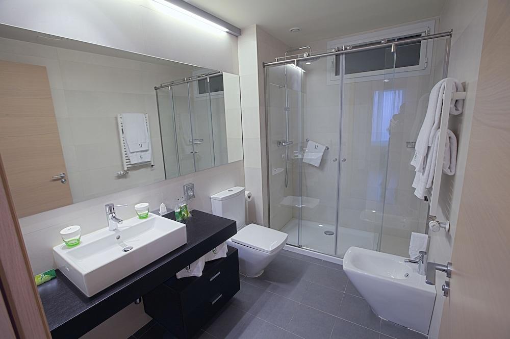 https://i.travelapi.com/hotels/3000000/3000000/2994100/2994026/6321f42b_z.jpg